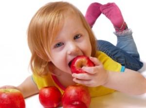 Criança comendo frutas